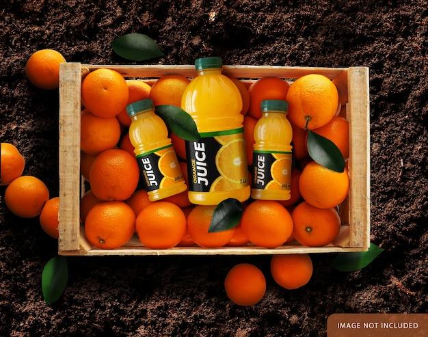 Drei orangensaft-flasche über orangenbox