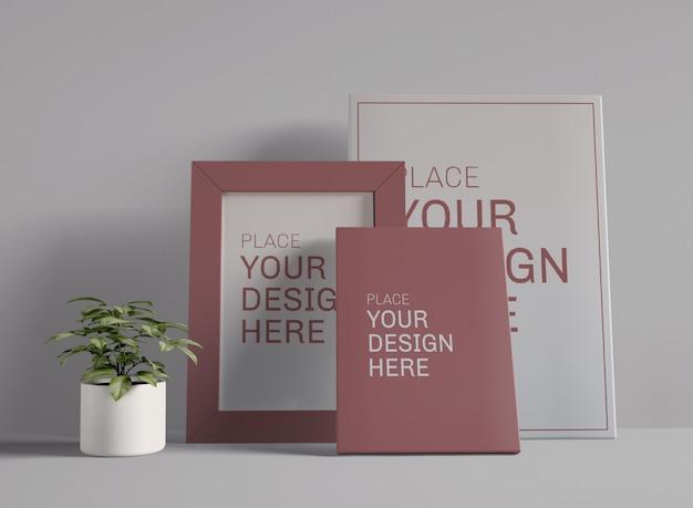 Drei plakatrahmen im innenraum mit pflanzenmodell