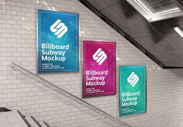 Drei vertikale plakatwand auf unterirdischer treppenwand mockup