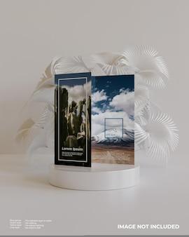 Dreifach gefaltetes broschürenmodell mit podium und weißer pflanze hinten sieht in der vorderansicht aus