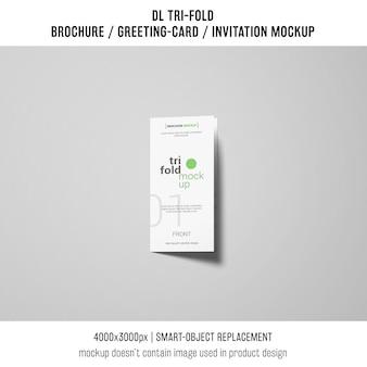 Dreifachgefaltetes broschüren- oder einladungsmodell auf grauem hintergrund