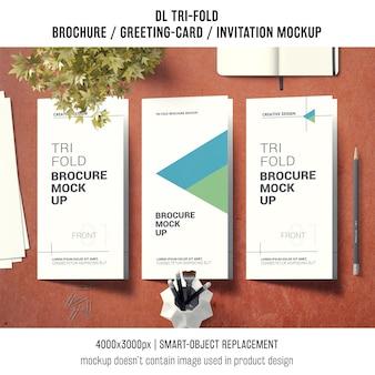 Dreifachgefaltetes broschüren- oder einladungsmodell mit stilllebenkonzept
