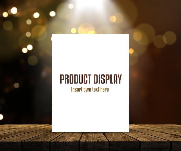 Editable produktanzeigenhintergrund mit leerem bild auf holztisch gegen bokeh beleuchtet