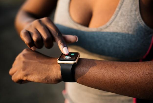 Eine frau trägt eine smartwatch