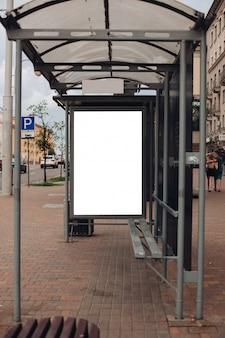 Eine große werbetafel mit interessanten informationen und werbung wurde entlang einer breiten straße in der innenstadt installiert