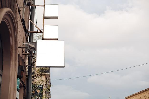 Eine mittelgroße werbetafel in einer stadtstraße zieht die aufmerksamkeit auf sich