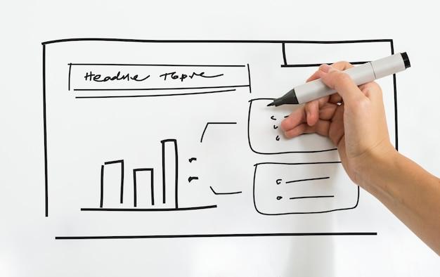 Eine person, die geschäftsplan auf whiteboard schreibt