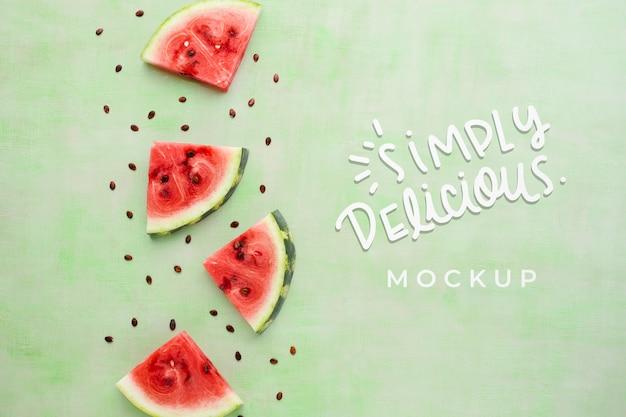 Einfach köstliches mock-up mit wassermelonenscheiben