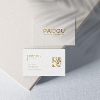Einfaches elegantes visitenkartenmodell mit golddesign