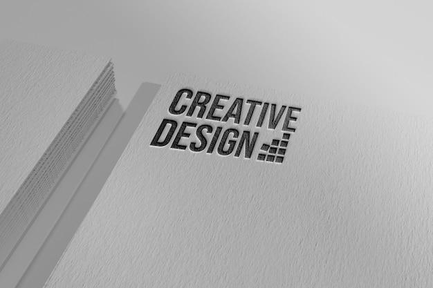 Einfaches geprägtes logo-modell auf visitenkarte