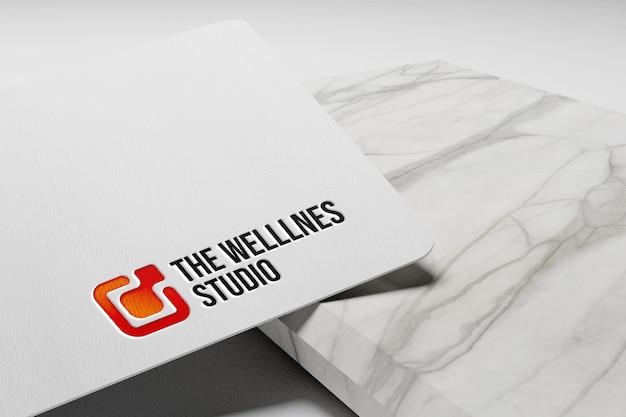Einfaches geprägtes logo-modell auf weißem papier