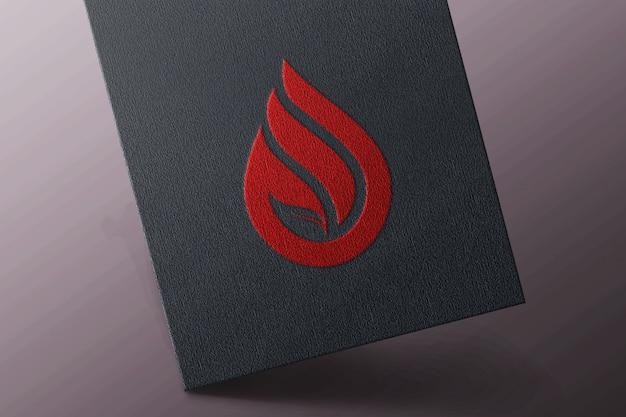 Einfaches logo-modell auf schwarzer visitenkarte