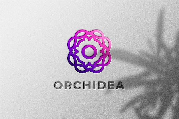 Einfaches realistisches geprägtes logo-modell mit pflanzenschattenüberlagerung
