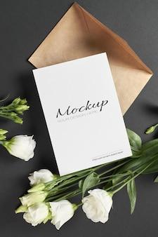 Einladungs- oder grußkartenmodell mit weißen eustoma-blumen auf schwarz