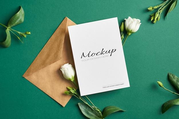 Einladungs- oder grußkartenmodell mit weißen eustoma-blumen