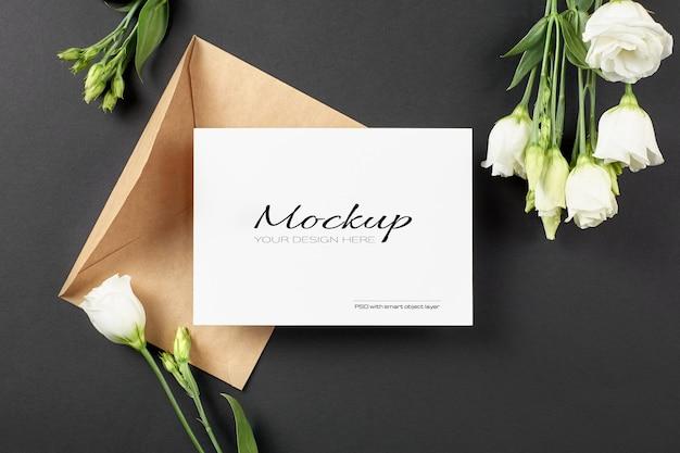 Einladungskartenmodell mit weißen eustoma-blumen