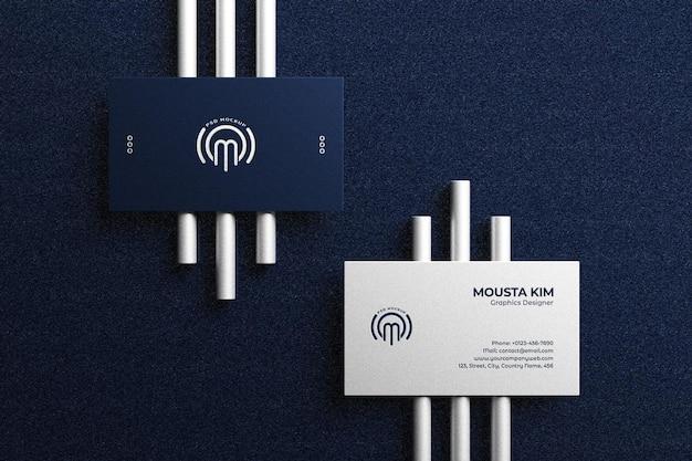 Elegante realistische visitenkarte auf silberstäbchenmodell