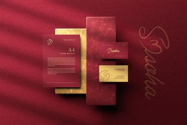 Elegante visitenkarte der draufsicht mit papiermodell