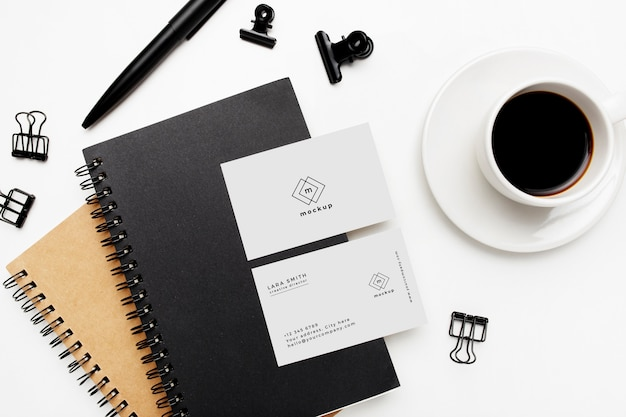 Eleganter geschäftsdesktop mit visitenkartenmodell auf weißem hintergrund