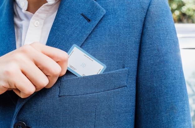 Eleganter mann, der visitenkarte auszieht