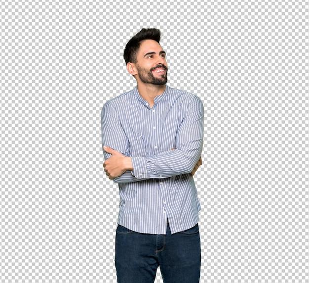 Eleganter mann mit dem hemd, das beim lächeln oben schaut