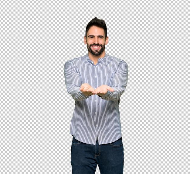 Eleganter mann mit dem hemd, das copyspace imaginär auf der palme hält, um eine anzeige einzufügen