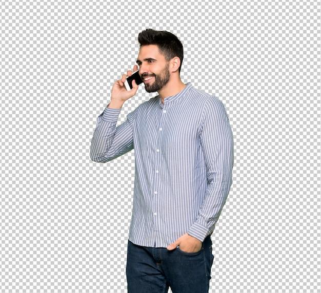 Eleganter mann mit dem hemd, das ein gespräch mit dem handy hält