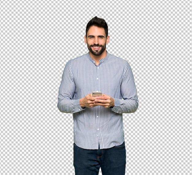 Eleganter mann mit dem hemd, das eine mitteilung mit dem mobile sendet