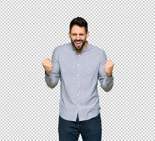 Eleganter mann mit dem hemd, das zur front mit weit geöffnetem mund schreit
