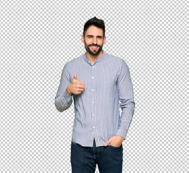 Eleganter mann mit dem hemdgeben daumen herauf geste mit beiden händen und lächeln