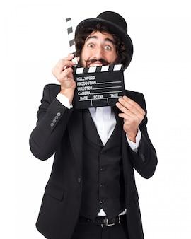 Eleganter mann mit einem film clapperboard