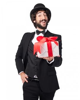 Eleganter mann mit einem geschenk