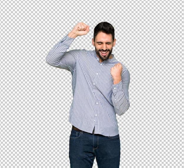 Eleganter mann mit hemd einen sieg feiernd