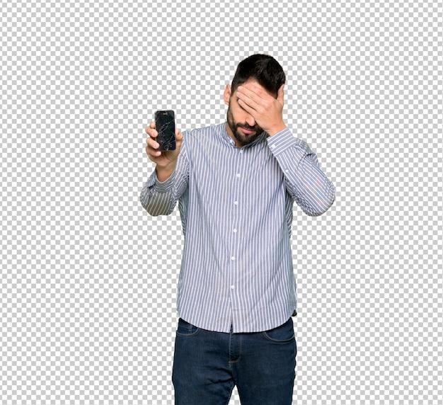 Eleganter mann mit hemd mit dem gestörten halten des gebrochenen smartphone