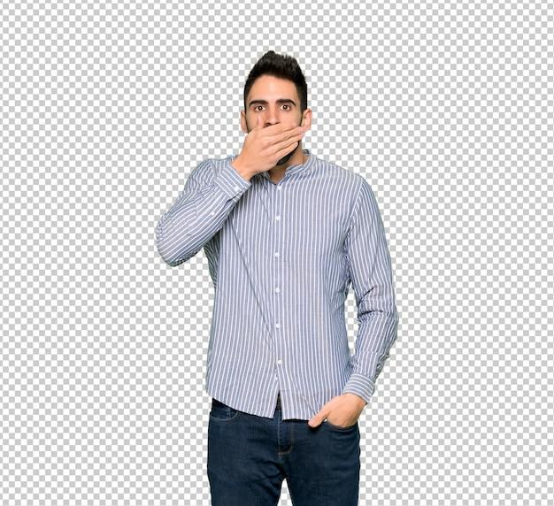 Eleganter mann mit hemdbedeckungsmund mit den händen für das unpassendes sagen