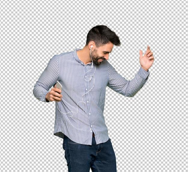 Eleganter mann mit hörender musik des hemdes mit dem telefon