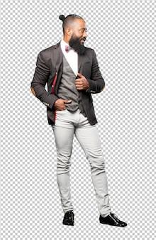 Eleganter schwarzer mann des vollen körpers lokalisiert