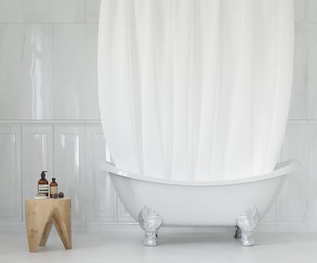 Elegantes badezimmer mit weißem vorhang