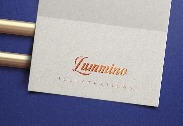 Elegantes logo-modell auf weißem papier