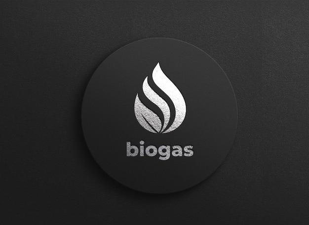 Elegantes silbernes logo-modelldesign auf strukturiertem brett