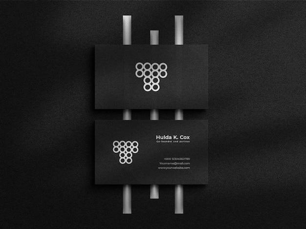 Elegantes visitenkartenmodell der draufsicht auf dunklem hintergrund mit folieneffekten