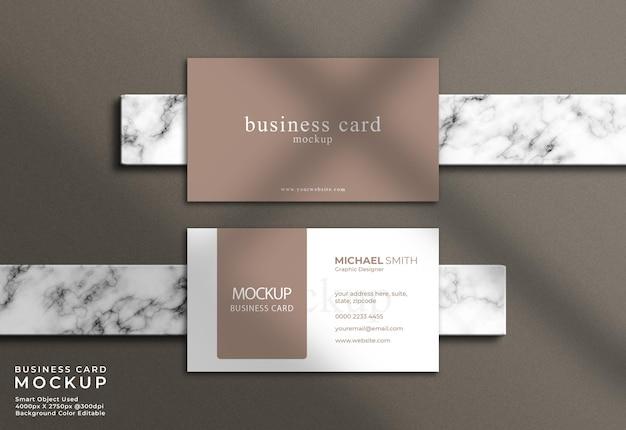 Elegantes visitenkartenmodell der draufsicht mit marmorhintergrund und schatten