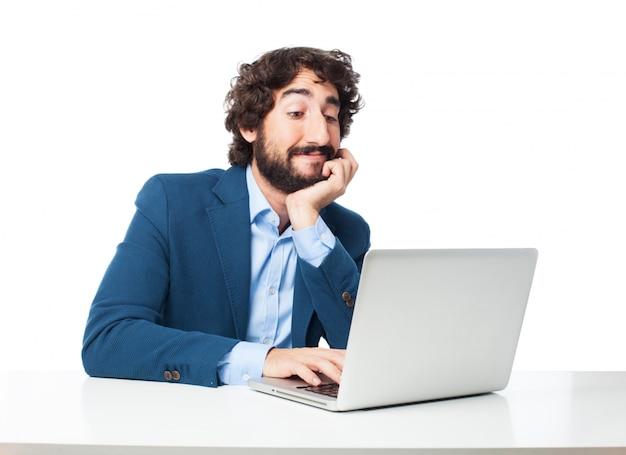 Entspannter geschäftsmann, der auf seinem computer