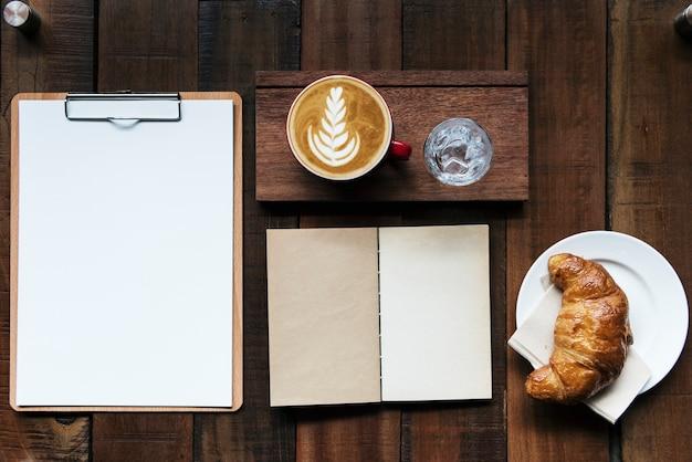 Entwerfen sie platz auf notizblock in der kaffeestube