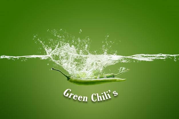 Erfrischender grüner chili im wasser lokalisiert auf grün