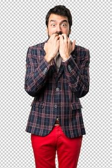 Erschrockener gut gekleideter mann
