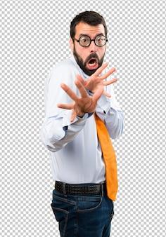 Erschrockener lustiger mann mit brille