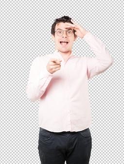 Erstaunter junger mann mit einer geste des wegsehens