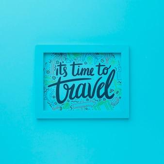 Es ist zeit zu reisen, schriftzug auf blauem rahmen
