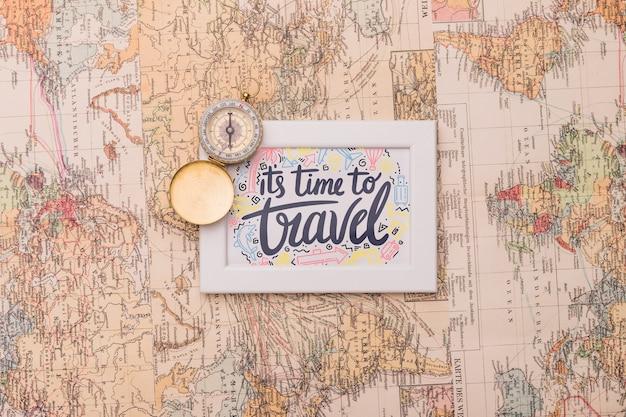 Es ist zeit zu reisen, schriftzug auf dem rahmen über der weltkarte